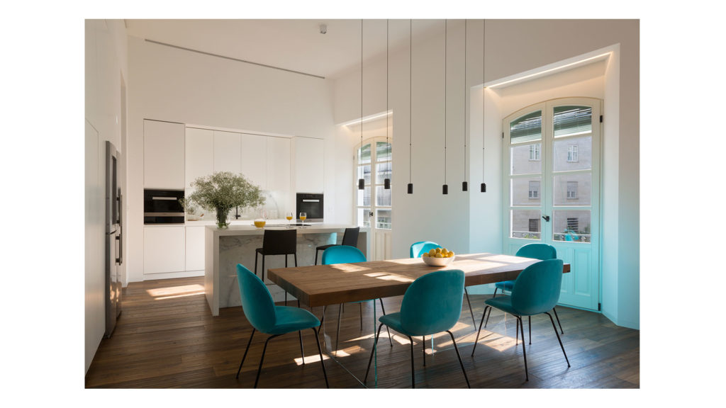 The light of Andalusia breathes new life in a historic apartment in Sevilla